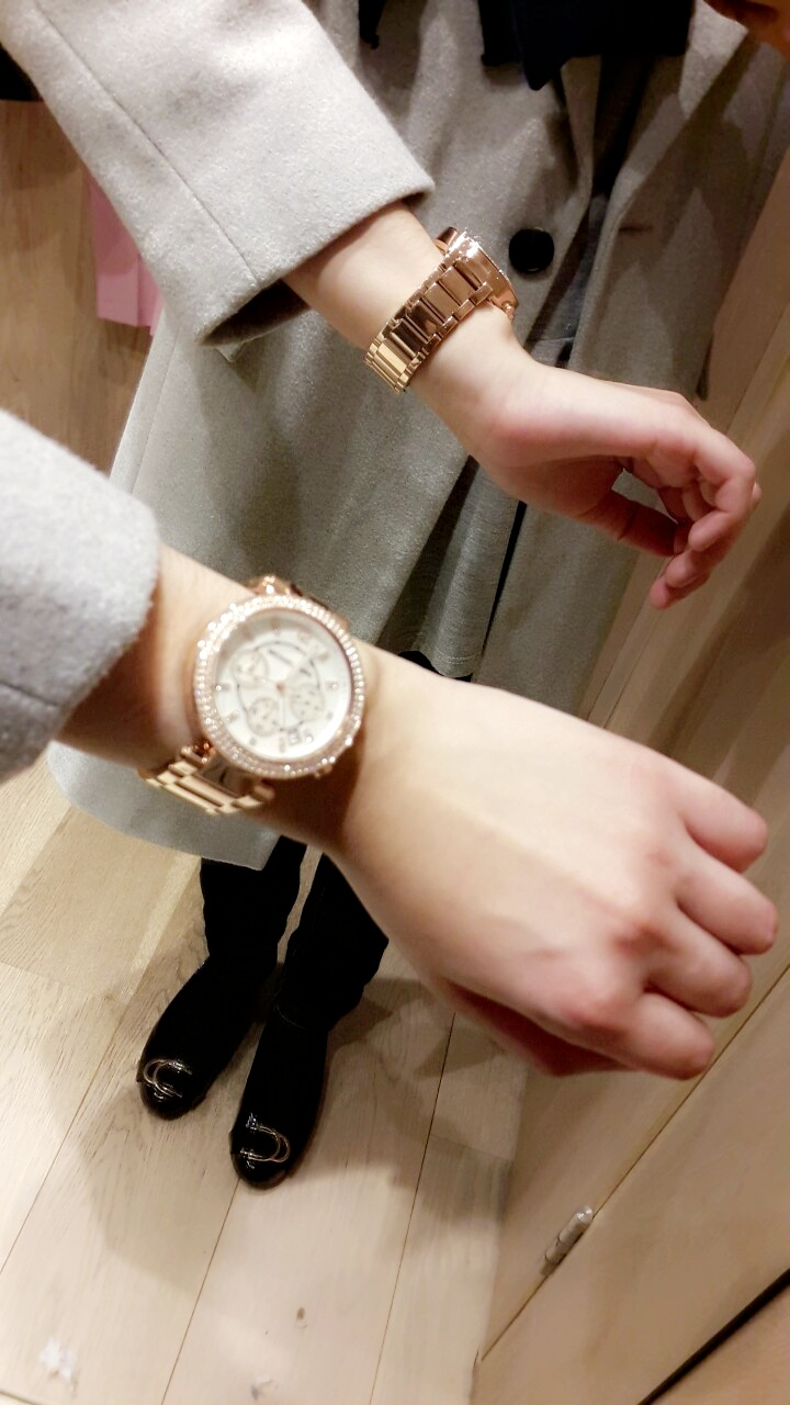 570fb0aad Hi, i buyed from watchshop the Michael Kors Parker chronograph ladies watch.  Its a very aesthetically pleasing watch, beautiful bronze pink colour and  ...